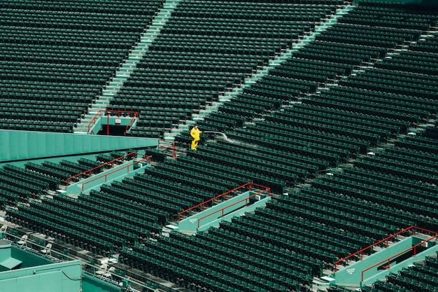 Hoge hoek die van een leeg stadion overdag is ontsproten