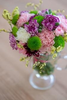 Hoge hoek die van een mooi boeket bloemen in een glas is ontsproten