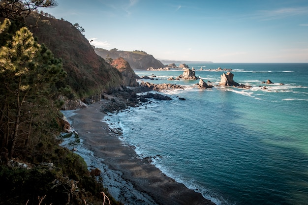 Hoge hoek die van een mooi silence-strand in castañeras, asturias, spanje is ontsproten