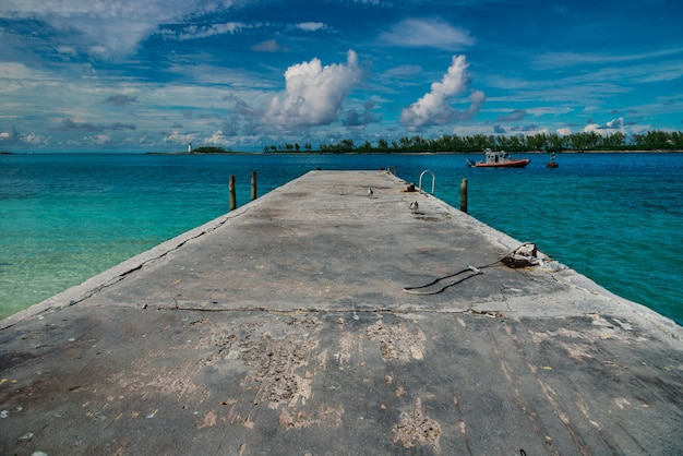 Hoge hoek die van een pier met een bewolkte blauwe hemel op de achtergrond is ontsproten