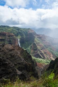 Hoge hoek die van een prachtig landschap met rotswanden onder een bewolkte hemel is ontsproten