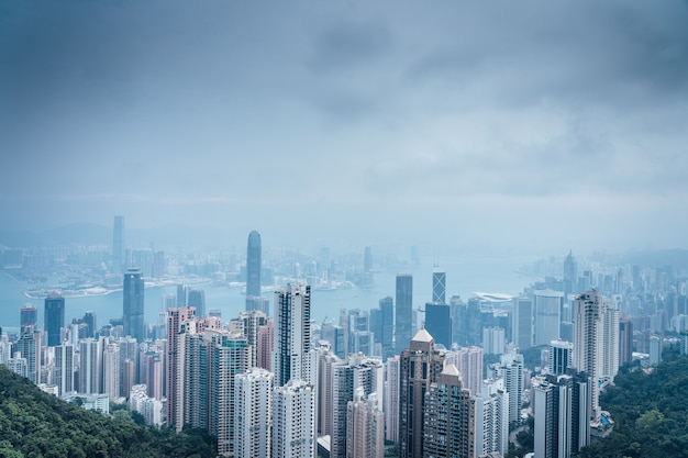 Hoge hoek die van een prachtig landschap van victoria-piek in hong kong is ontsproten