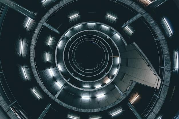Hoge hoek die van een spiraalvormige ladder met lichten is ontsproten