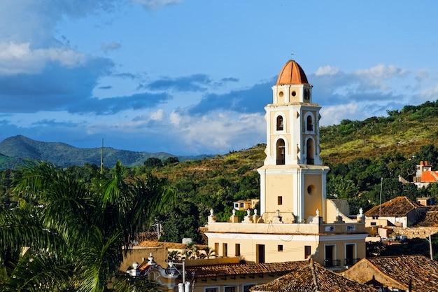 Hoge hoek die van een stadslandschap met kleurrijke historische gebouwen in cuba is ontsproten