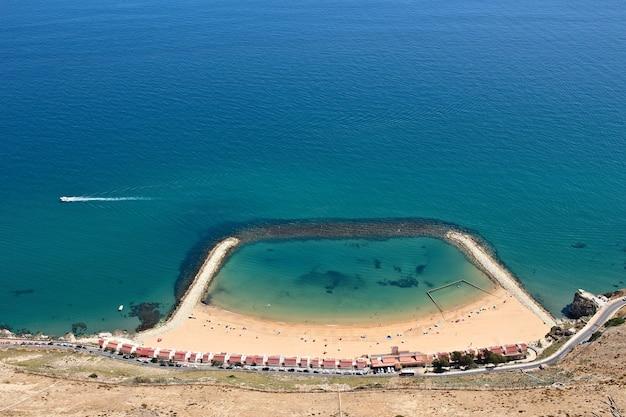 Hoge hoek die van een strand in gibraltar is ontsproten