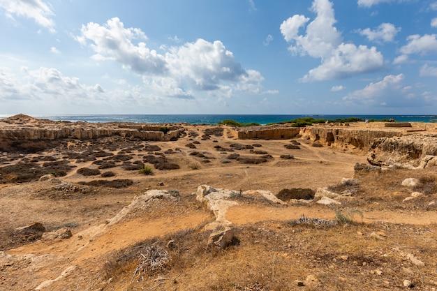 Hoge hoek die van een strand onder de bewolkte hemel in cyprus is ontsproten