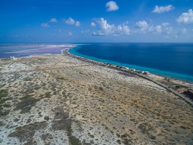 Hoge hoek die van een tropisch strand in caraïbisch bonaire is ontsproten