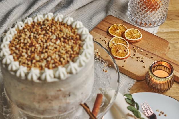 Hoge hoek die van een witte heerlijke cake van kerstmis met noten en mandarijn is ontsproten