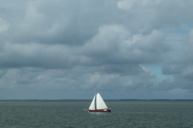 Hoge hoek die van een zeilboot in de zee is ontsproten