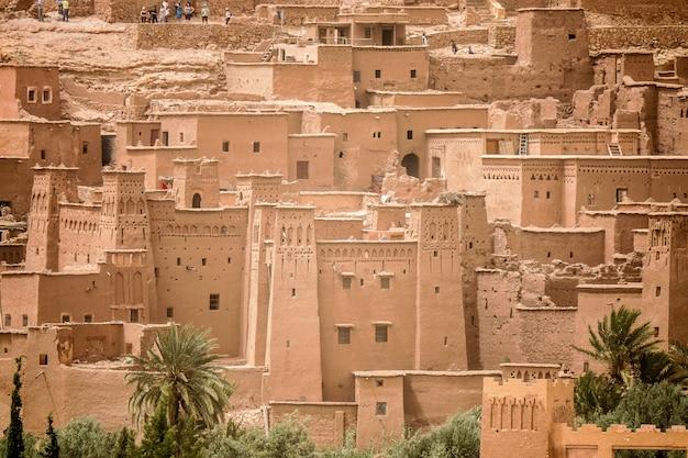 Hoge hoek die van het historische dorp van ait benhaddou in marokko is ontsproten