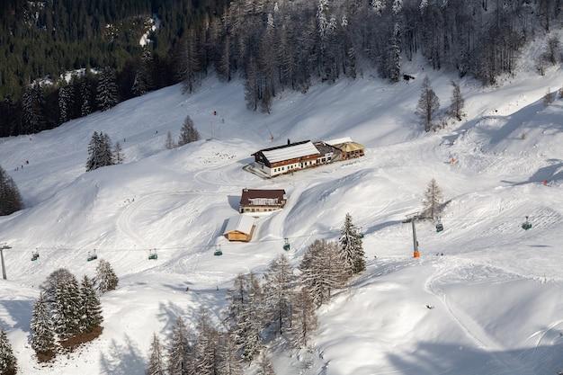 Hoge hoek die van huizen in de besneeuwde bergen is ontsproten