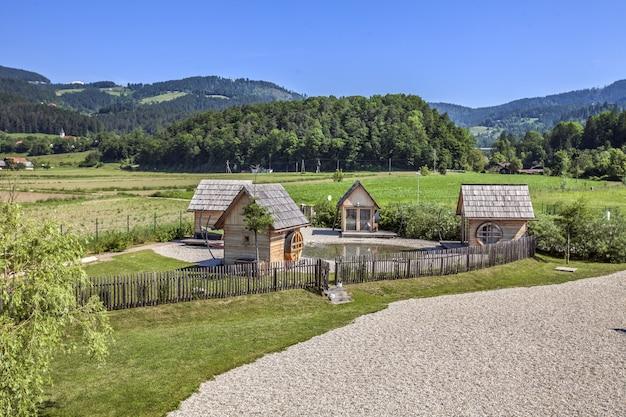 Hoge hoek die van kleine houten huizen op het platteland in slovenië is ontsproten