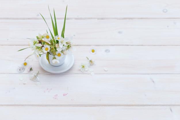 Hoge hoek die van mooie daises is ontsproten in een witte kop