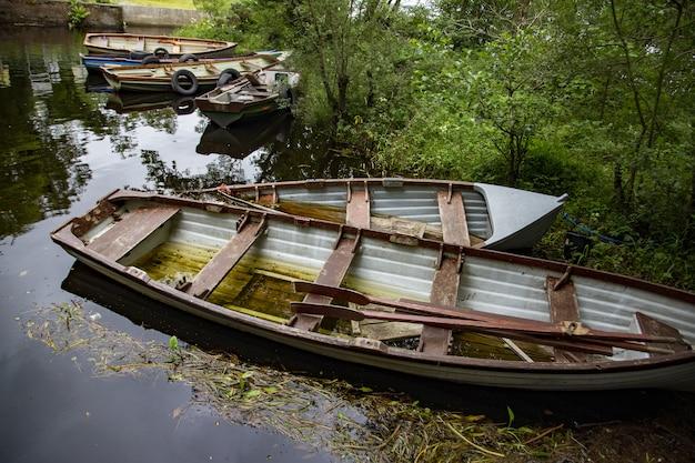 Hoge hoek die van roeiboten in lough cullin dichtbij ponton in county mayo, ierland is ontsproten
