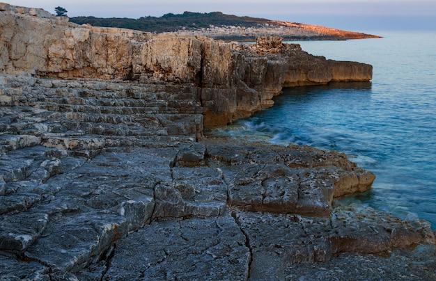 Hoge hoek die van rotsen in de kust van kamenjak in istrië, kroatië is ontsproten