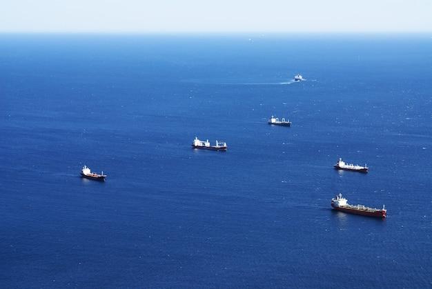 Hoge hoek die van schepen is ontsproten die in de zee in gibraltar varen