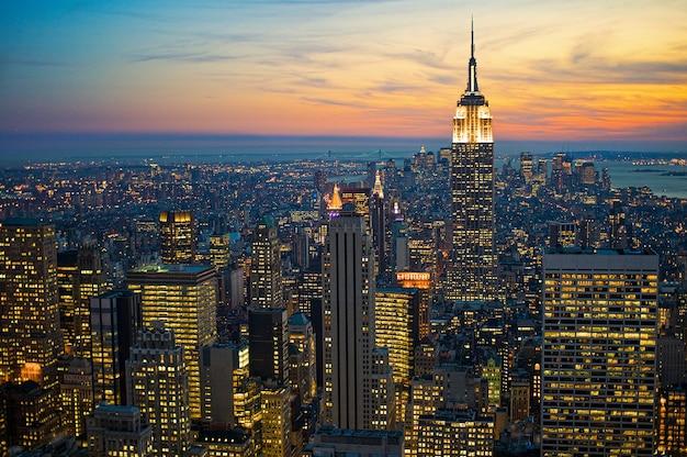 Hoge hoek die van stadsgebouwen in new york manhattan is ontsproten