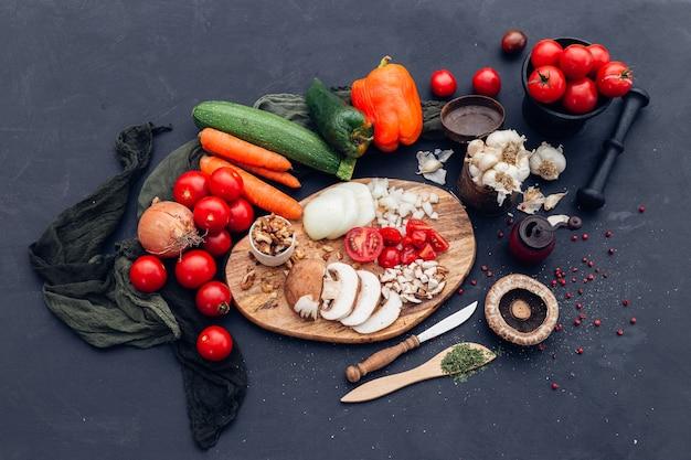 Hoge hoek die van verschillende verse groenten is ontsproten