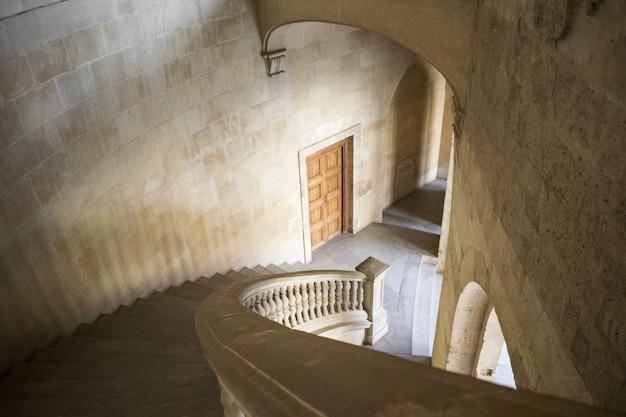 Hoge hoek die van witte trappen binnen een gebouw is ontsproten