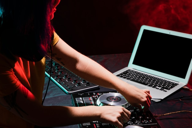 Hoge hoek dj-apparatuur om te mixen