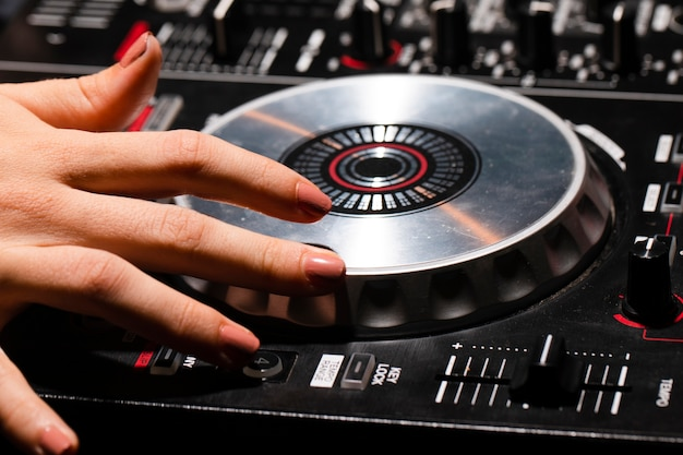 Hoge hoek dj audio bedieningspaneel