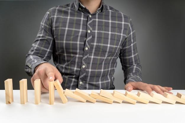Hoge hoek dominoblokken vallen