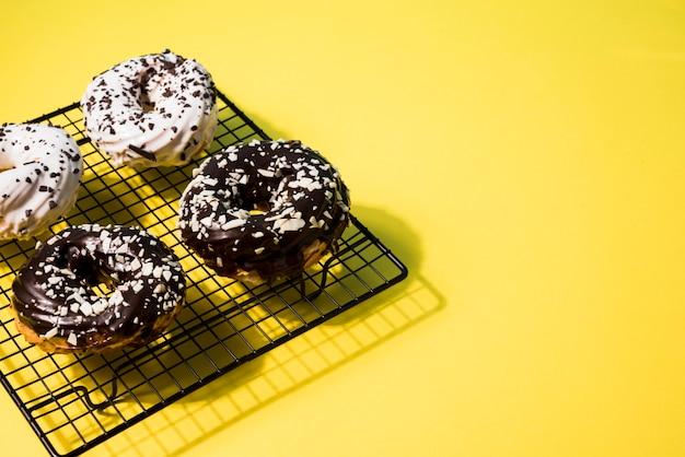 Hoge hoek donuts met kopie-ruimte