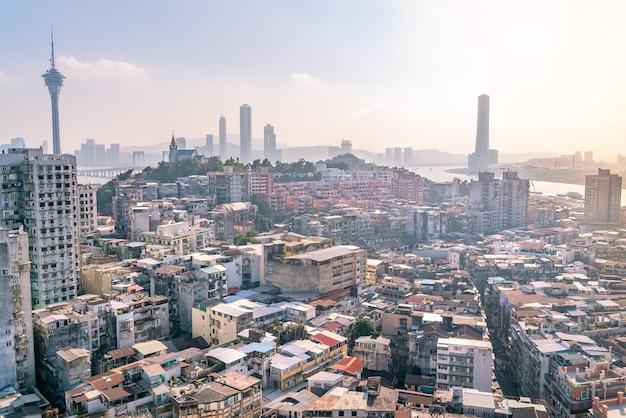 Hoge hoek drone landschapsmening van het vuile centrum van de sloppenwijk in macau, china.
