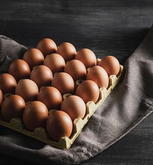 Hoge hoek eieren pack op een doek