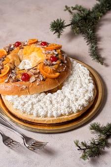 Hoge hoek epiphany dagvoedsel met serviesgoed arrangement