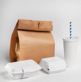 Hoge hoek fastfood blanco verpakking met papieren zak