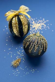 Hoge hoek feestelijke kerstornamenten