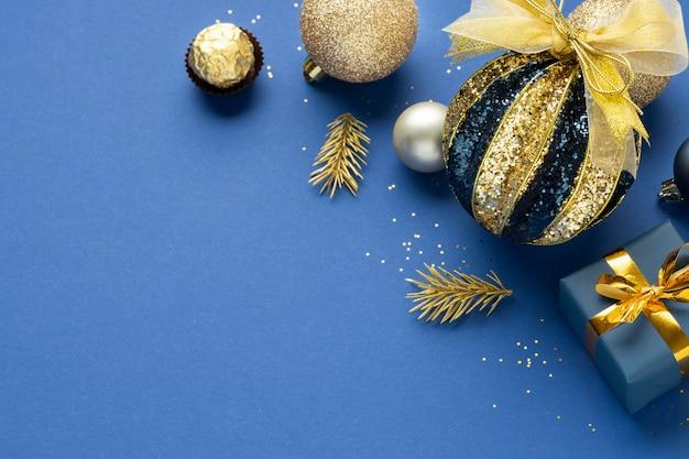 Hoge hoek feestelijke kerstversieringen met kopieerruimte