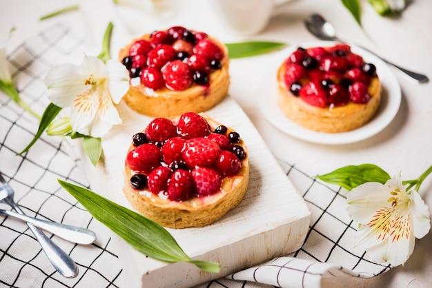 Hoge hoek fruitige cakesdecoratie