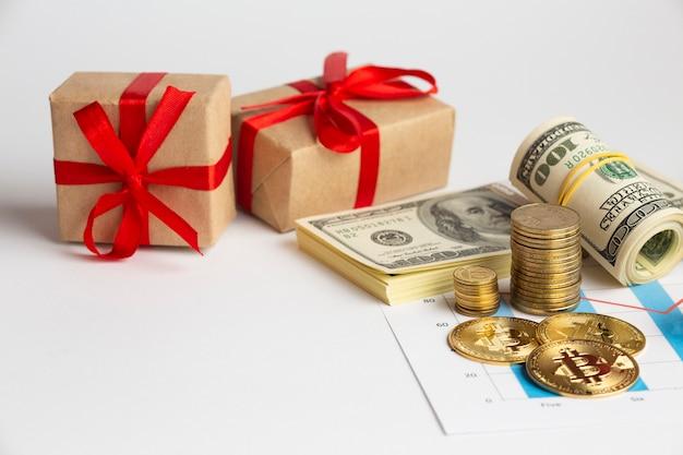 Hoge hoek geld stapels in de buurt van geschenken