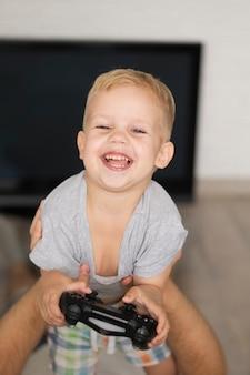 Hoge hoek gelukkig kind spelen van games met vader