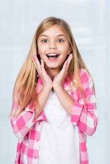 Hoge hoek gelukkig meisje