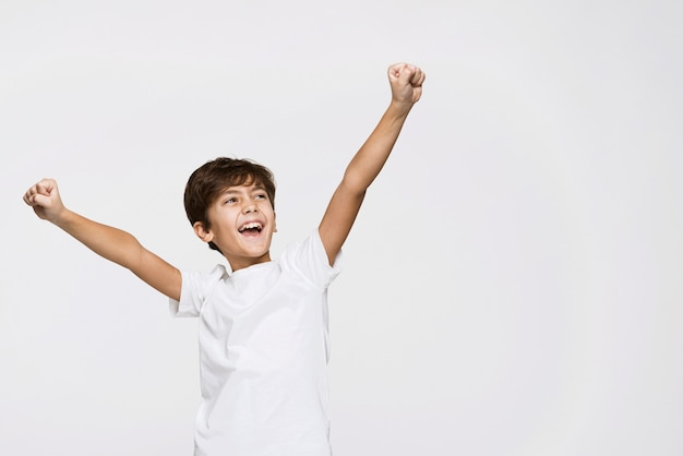 Hoge hoek gelukkige jongen met exemplaarruimte