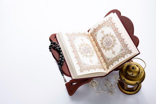 Hoge hoek geopende koran naast kaars
