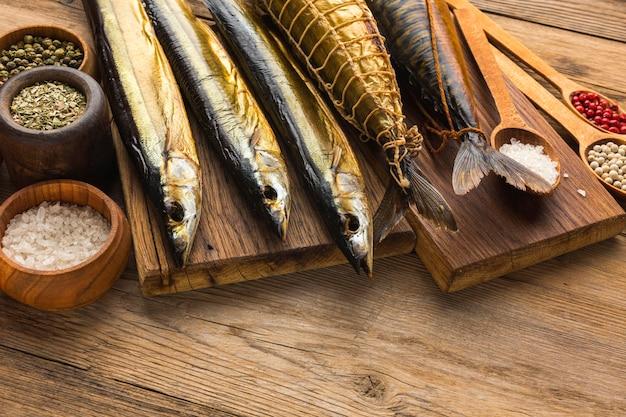 Hoge hoek gerookte vissen op houten tafel