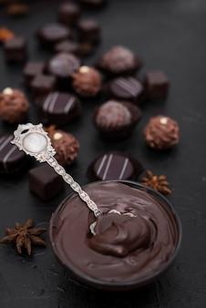 Hoge hoek gesmolten chocolade en snoepjes met kopie ruimte
