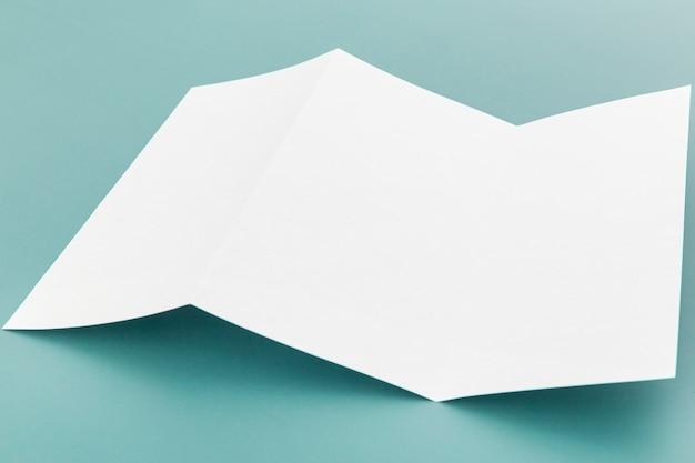 Hoge hoek gevouwen witte brochure