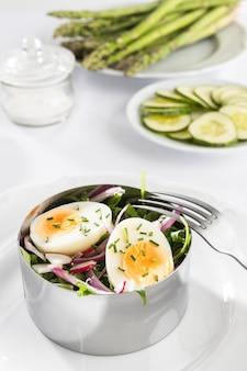 Hoge hoek gezonde salade in metalen ronde vormregeling