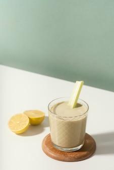 Hoge hoek glas en schijfjes citroen