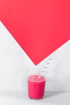 Hoge hoek glas met grapefruit smoothie
