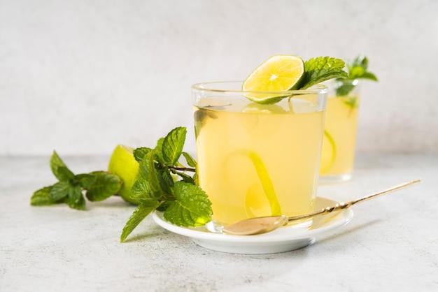 Hoge hoek glas met limonade