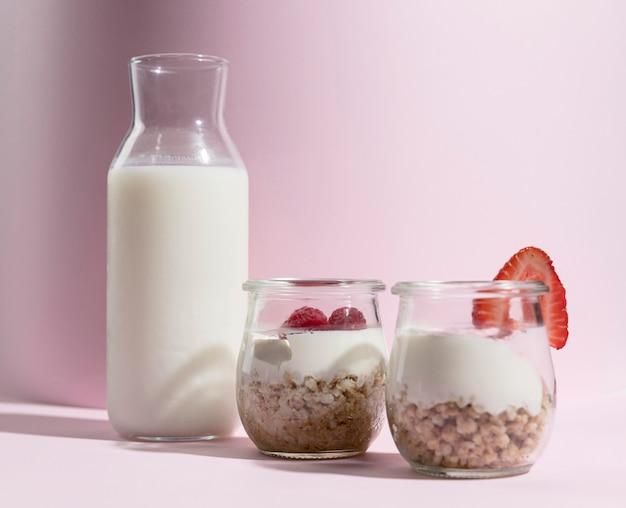 Hoge hoek glas met yougurt met framboos