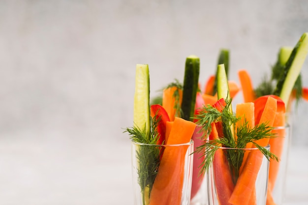 Hoge hoek glazen met groenten