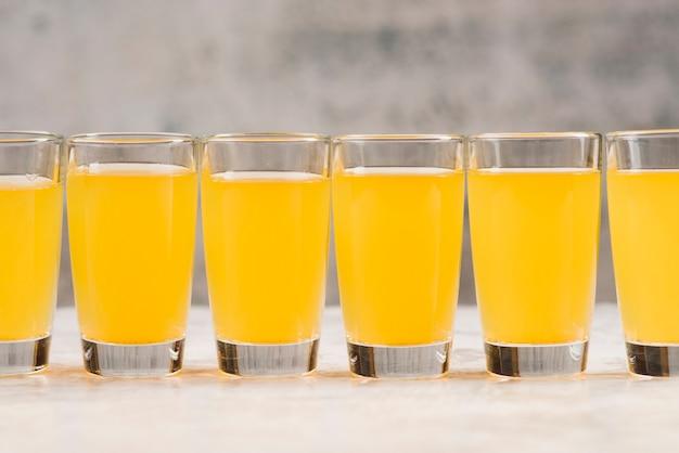 Hoge hoek glazen met limonade