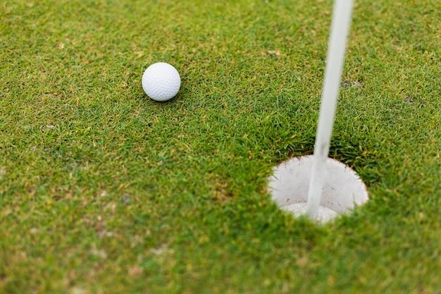Hoge hoek golfbal op het veld